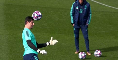 """Наставникът на """"Реал"""" Зинедин Зидан наблюдава как вратарят Тибо Куртоа отиграва топката с глава на тренировка преди сблъсъка с """"Манестър Сити"""" в Шампионската лига."""