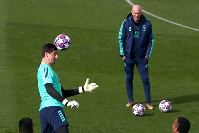"""Наставникът на """"Реал"""" Зинедин Зидан наблюдава как вратарят Тибо Куртоа отиграва топката с глава на тренировка преди сблъсъка с """"Манестър Сити"""" в Шампионската лига. СНИМКА: РОЙТЕРС"""