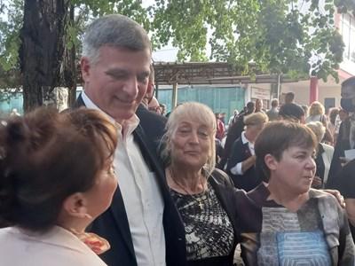 Премиерът позира за снимка с три наборки Снимки Румен Златански