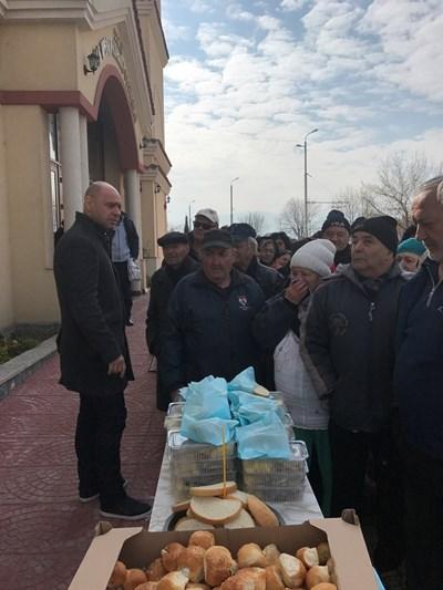 Костадин Димитров раздаде печена риба за Сирни Заговезни.