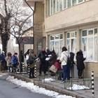 Безработни чакат на дълга опашка пред едно от бюрата по труда. СНИМКА: НИКОЛАЙ ЛИТОВ/Архив