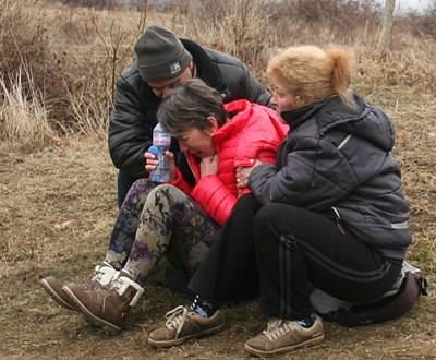 Майката на Ангел (в средата) ридаеше безутешно на брега на водоема, който погълна единственото  дете.