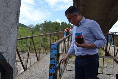 Хасан Азис написа послание до Бойко Борисов в началото на моста, свързващ село Лисиците със светаСНИМКА: Ненко Станев