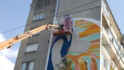 Художникът Станислав Тодоров-Насимо и неговият екип сътвориха монументалната си живопис в Търговище за една седмица. СНИМКА: Архив
