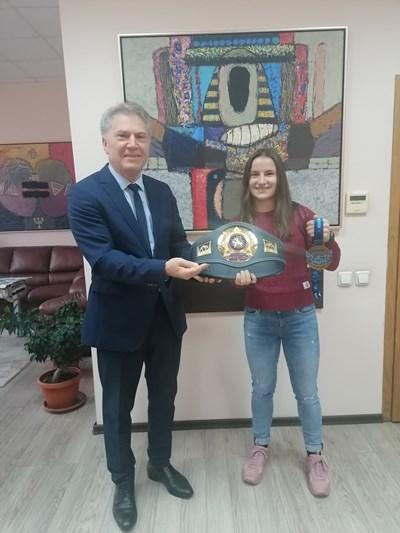 Ректорът на ЮЗУ проф. Юруков посрещна световната шампионка Биляна Дудова.