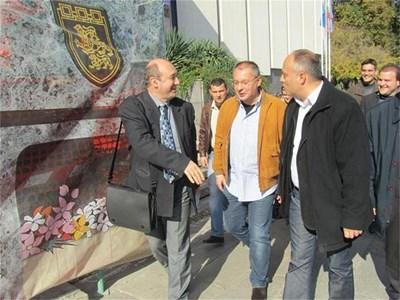 Сергей Станишев се разходи по главната улица на Велико Търново заедно с кандидата за кмет Николай Илчев (вдясно от лидера на БСП). Двамата разговаряха със случайни граждани пред общината. СНИМКА: ДИМА МАКСИМОВА