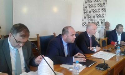 Министърът на транспорта Росен Желязков отговаря на въпроси на депутати от транспортната комисия в парламента. СНИМКА: Снимка: Авторът