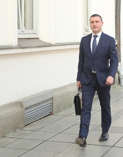 Ниски данъци до 2020 г. и 10% ръст на бюджетните заплати предлага с новия бюджет финансовият министър Владислав Горанов.