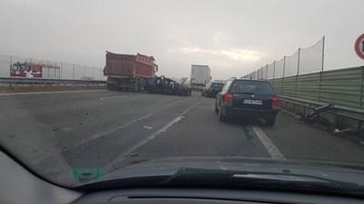 Зрители на bTV изпратиха снимки, на които се вижда смачкан автомобил на пътното платно.