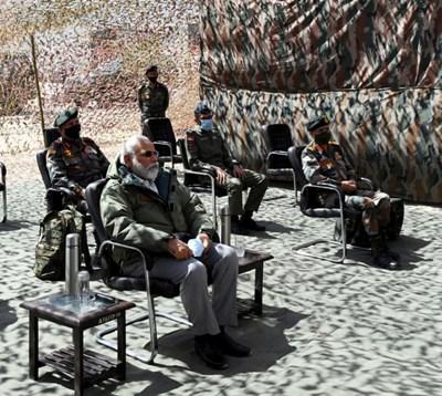 Моди направи днес необявено предварително посещение във военната база Ниму в отдалечения район Ладакх, граничещ с Китай СНИМКИ: Ройтерс