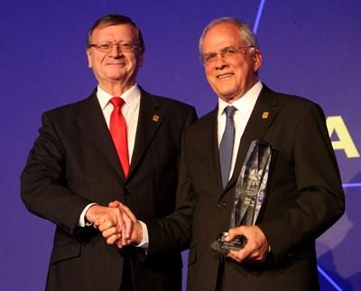 Президентът на CEV Александър Боричич връчва на президента на Българската федерация по волейбол Данчо Лазаров награда за цялостен принос към волейбола по време на Европейската гала в София.