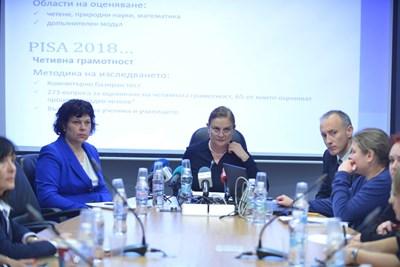 Шефката на центъра за оценяване Неда Кристанова  (в средата), министър Красимир Вълчев и заместничката му Таня Михайлова представиха резултатите от PISA. СНИМКА: Йордан Симeонов
