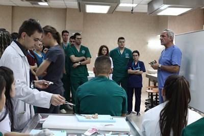 Едно от светилата в хирургията - доц. Радосвет Горнев, е основен лектор в академията. СНИМКИ: ЕЛИНА МЛАДЕНОВА