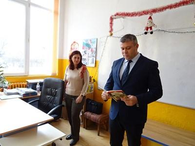 Стоян Алексиев чете приказки.