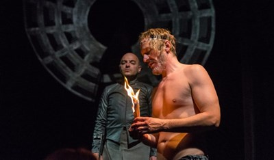 """Сцена от """"Калигула"""" - хит в Народния театър, с участието на Деян Донков СНИМКА: Архив На Театрите"""