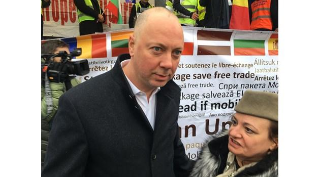 """С Дунавско хоро и """"Победа"""" завърши митингът на българи и румънци в Брюксел"""