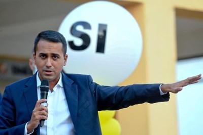 """Луиджи ди Майо от """"5 звезди"""", инициатор на референдума, обиколи цяла Италия, за да убеди гражданите й да гласуват за реформата. СНИМКА: Фейсбук"""