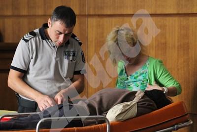 Герман Костин е докарван в съда на носилка. СНИМКА: 24 часа