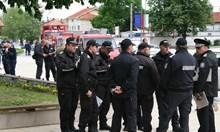 Раковски почерня от полиция, затварят града (Снимки)