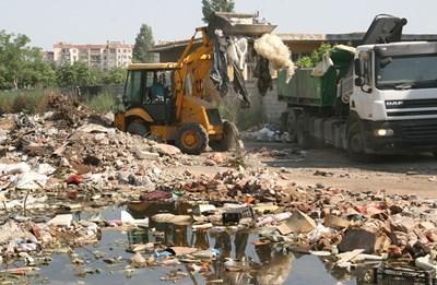 """Фадроми редовно изгребват боклуците от """"Столипиново"""", но камарите продължават да никнат"""