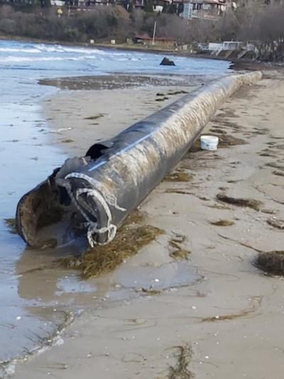 """Част от тръбата, изхвърлена на къмпинг """"Златна рибка"""" край Созопол."""