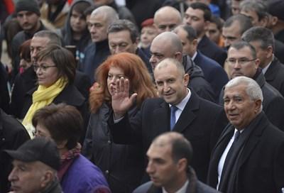Румен Радев поведе шествие от президентството към паметника на Левски, а участниците в него освиркаха кмета на София Йорданка Фандъкова. СНИМКА: Йордан Симeонов