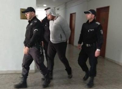 Съдебна охрана конвоира задържания Гочо Гочев. Снимка:Елена Фотева