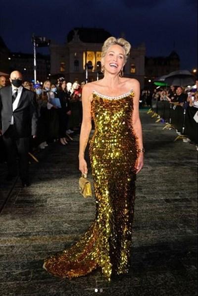 """Стоун сияеше в красива златиста рокля на """"Долче и Габана"""" на фестивала"""