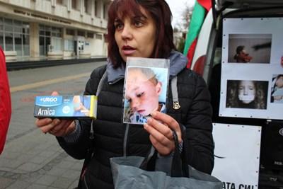 Тедора Налбантова показва снимка на бития от учителката си внук Кристиян и крема за стави, който педагожката дала, за да мажат нараняванията на детето