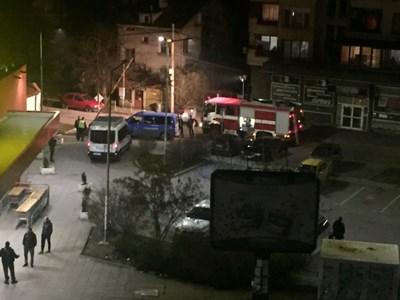 Полицията е блокирала района около магазина, до който се разиграл екшъна.