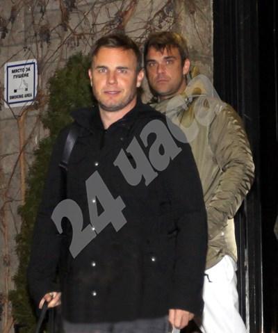 Гари Барлоу и Роби Уилямс излизат през випа на летище София през февруари 2011 г. СНИМКА: 24 ЧАСА