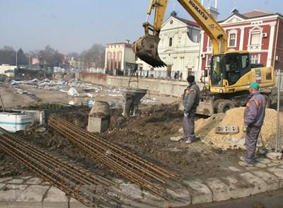 Строителна техника и работници подготвя оградната стена от източната страна на базиликата. Снимки: Евгени Цветков