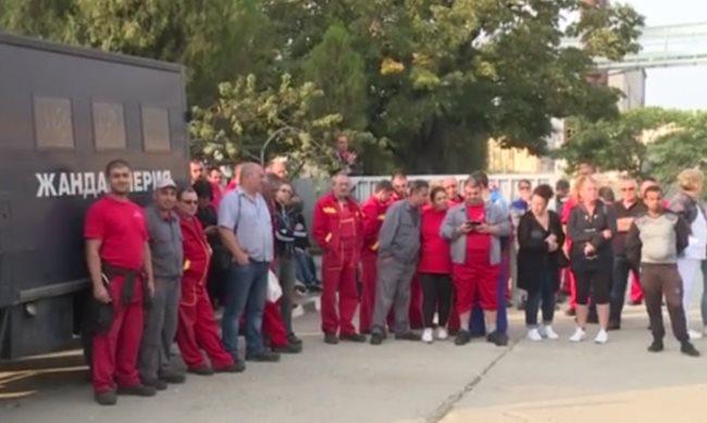 85ae964fd45 След протести на работници две фабрики бяха разпечатани. Митниците твърдят  ...