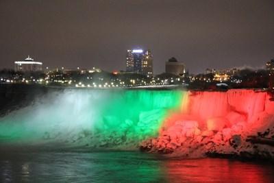 Виж цялата прелест на Ниагарския водопад в бяло, зелено и червено (Видео, снимки)