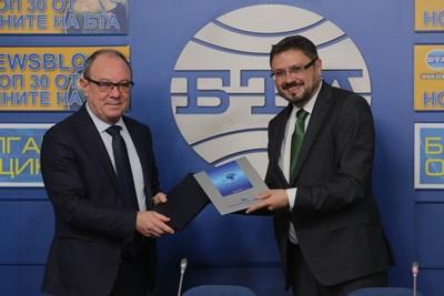 Най-атрактивните новини, свързани с научния живот в България, ще бъдат популяризирани по света и чрез англоезичното издание на БТА Daily News. За това се споразумяха днес генералният директор на БТА Кирил Вълчев (вдясно) и председателят на БАН Юлиян Ревалски.