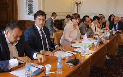 Шефката на правната комисия Анна Александрова и заместниците й Хамид Хамид от ДПС (най-вляво) и Крум Зарков от БСП по време на заседанието. СНИМКА: Румяна Тонeва