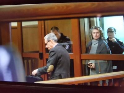 Елена Динева в съдебната зала с белезници. СНИМКА: Йордан Симeонов