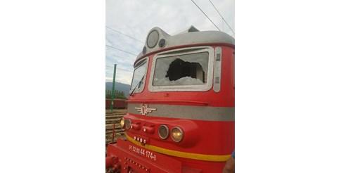 Двама пострадаха при счупване на стъклото на локомотива на бързия влак София - Бургас (Снимки)