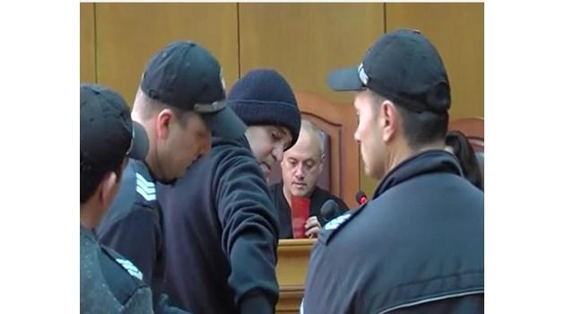 Съдът остави окончателно в ареста мъжа, заплашил с пушка охранител във Велинград