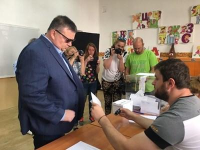 """Сотир Цацаров гласува в пловдивското училище """"Д-р Петър Берон"""". Той дойде със съпругата си Меглена и дъщеря им Диана. СНИМКИ: Радко Паунов"""