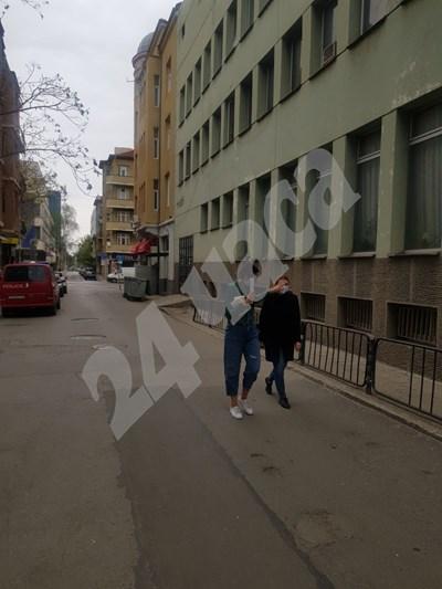 Десислава Пешева (вдясно) пристига за разпит в полицията СНИМКА: 24 часа