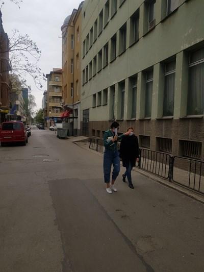 Десислава Пешева (вдясно) пристига за разпит в полицията