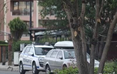 Полиция охранява блока, в който е станало убийството. Снимка:фейсбук/Шофьори Несебър