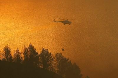 Хеликоптери гасят пожарите в Гърция