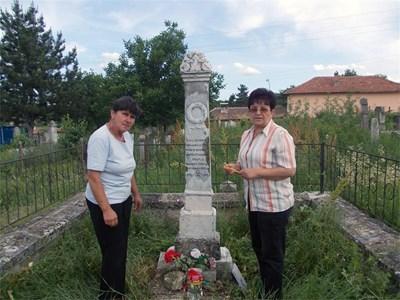 Веселина Милушева (вдясно) и секретарят на читалището в Пороище Ценка Иванова се грижат за гроба на Принц. СНИМКА: АВТОРЪТ