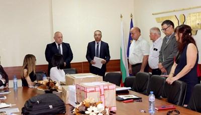 Зам.-министърът на транспорта Велик Занчев (в средата) обяви 19 оферти на кандидати да модернизират жп отсечката Елин Пелин-Костенец, подадени до крайния срок.