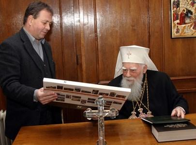 """22 декември 2006 г. - Николай Москов подарява на патриарх Максим календар на """"24 часа"""" с 24-те чудеса на България."""