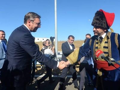 Известният сръбски актьор Ненад Йездич, облечен като княз Милош Велики, посреща Александър Вучич на церемонията по откриването на магистралата. СНИМКА: ПРЕЗИДЕНТСТВО НА СЪРБИЯ