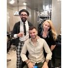 Гришо позира с фризьора си