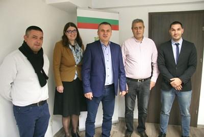 """Кметът на район """"Източен"""" Иван Стоянов (в средата) с новите си заместници. Снимка: Евгени Цветков"""